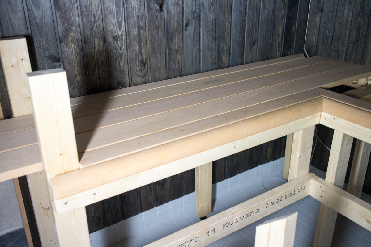 Sauna ja KPH – Vaihe 4: Saunan lauteet, valaistus, kiviseinä ja kylppärin viimeistely ...