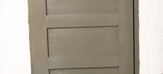 Siinä se komeilee, maalattu ovi. Tosin tuon lukkosalvan reijät olisi voinut vaikka kitata, kuinkas tuo jäi huomaamatta.