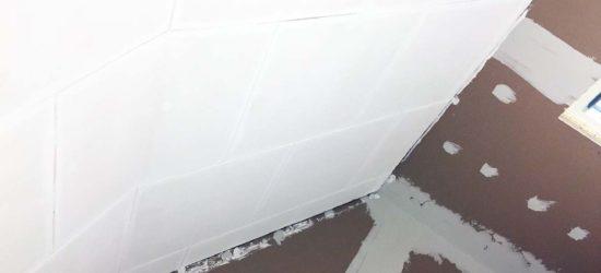 Toimiston katto maalattu kertaalleen.