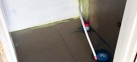 Primeri vessan lattialla ja allaseinällä, kuivuttaan saadaan vesiersitettä pintaan.
