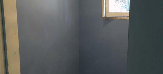 Seinä ennen maalausta (väri Suitsuke).