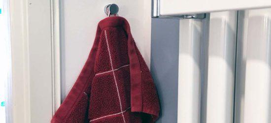 Pari nuppia lisää pyyhkeille / kylpytakeille patterin läheltä.