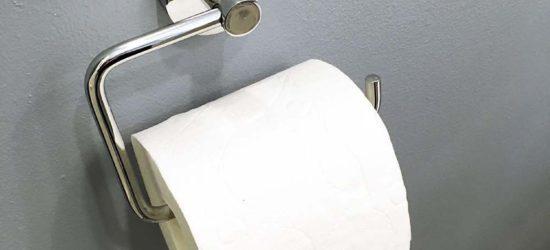 WC-paperirullateline paikoillaan seinässä.