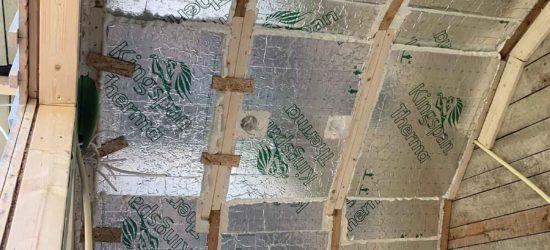 Kuistin katto eristetty 70mm uretaanilevyllä kauttaaltaan, eristeen ja kattolaudotuksen väliin jäi vielä hyvä +3cm tuuletusrakoa yli harjan.